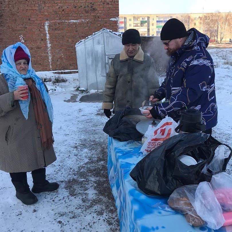 Священник Алексий Терентьев кормит бездомных на пустыре в Ишимбае