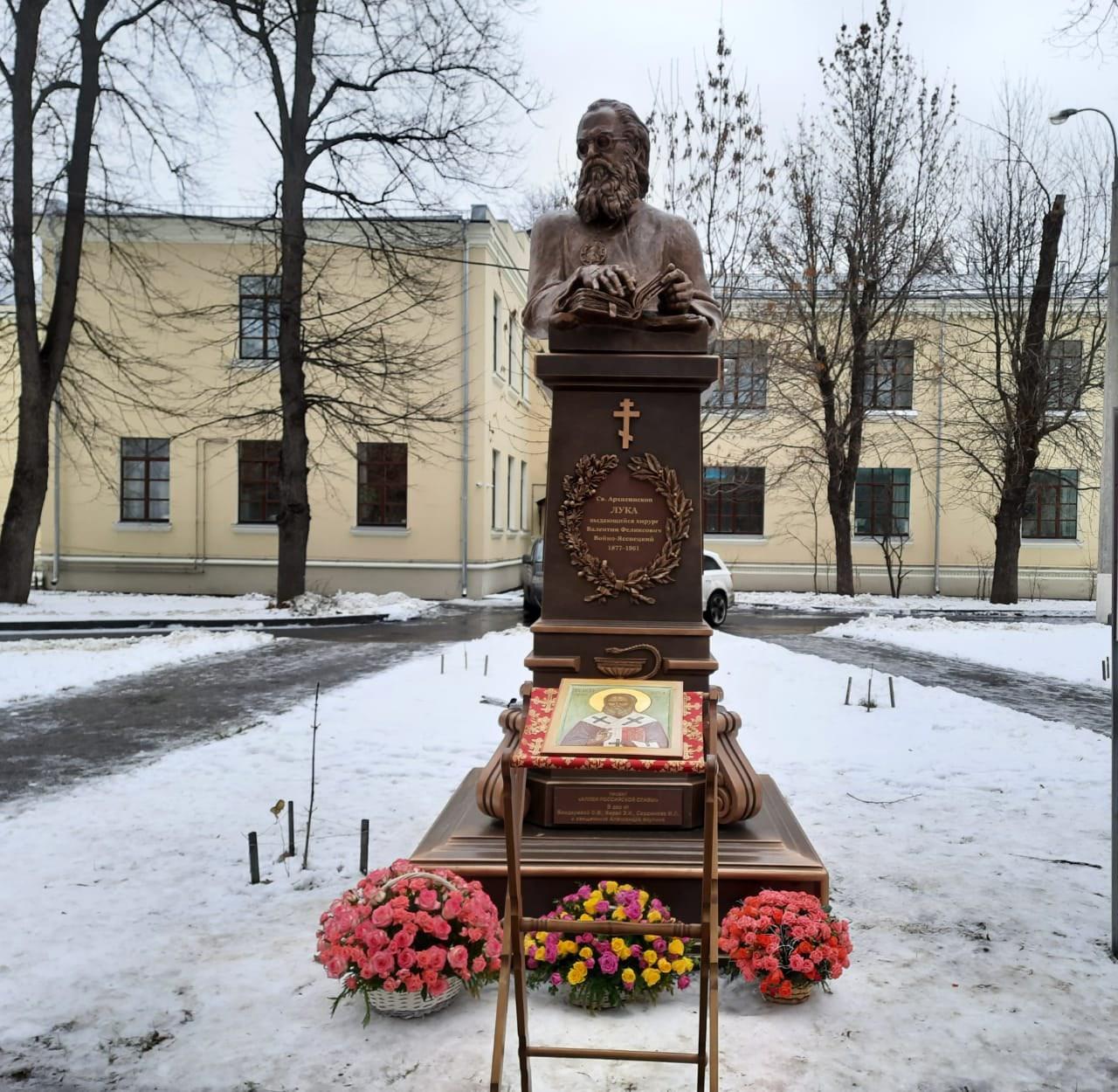Скульптура святителя Луки Крымского в парке Больницы Святителя Алексия