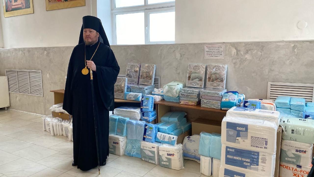 Епископ Златоустовский и Саткинский Викентий передает гуманитарную помощь в COVID-отделения