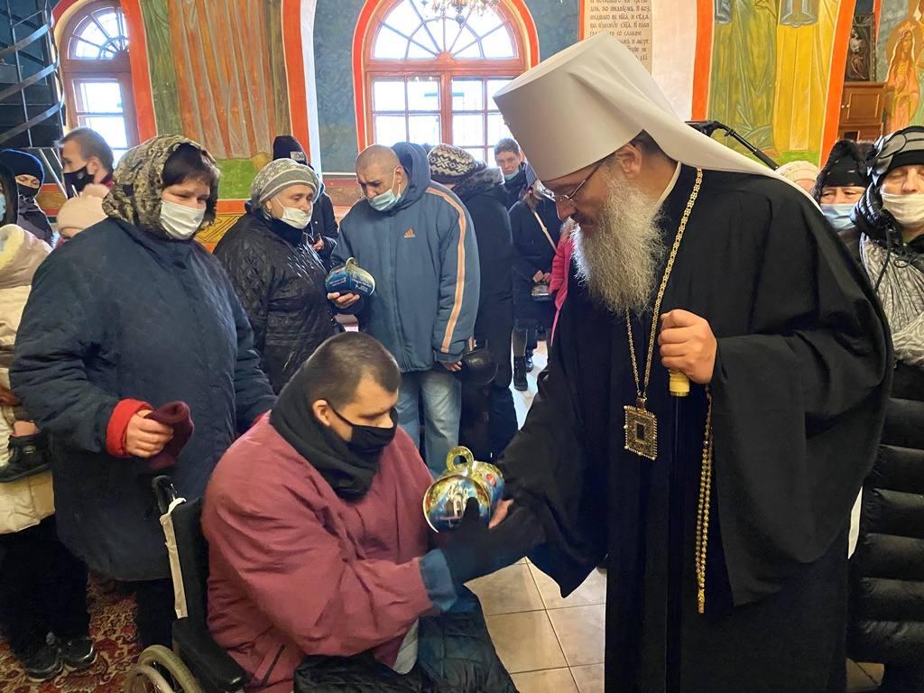 Митрополит Запорожский и Мелитопольский Лука передает подарки нуждающимся прихожанам запорожских храмов