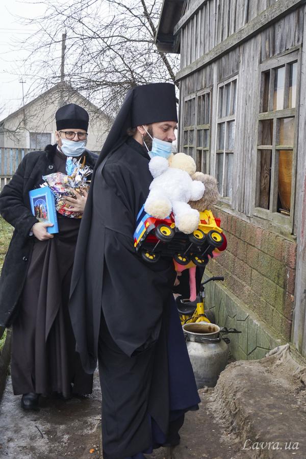 Священнослужители Украинской Православной Церкви передают подарки детям из нуждающихся семей ко дню Святителя Николая