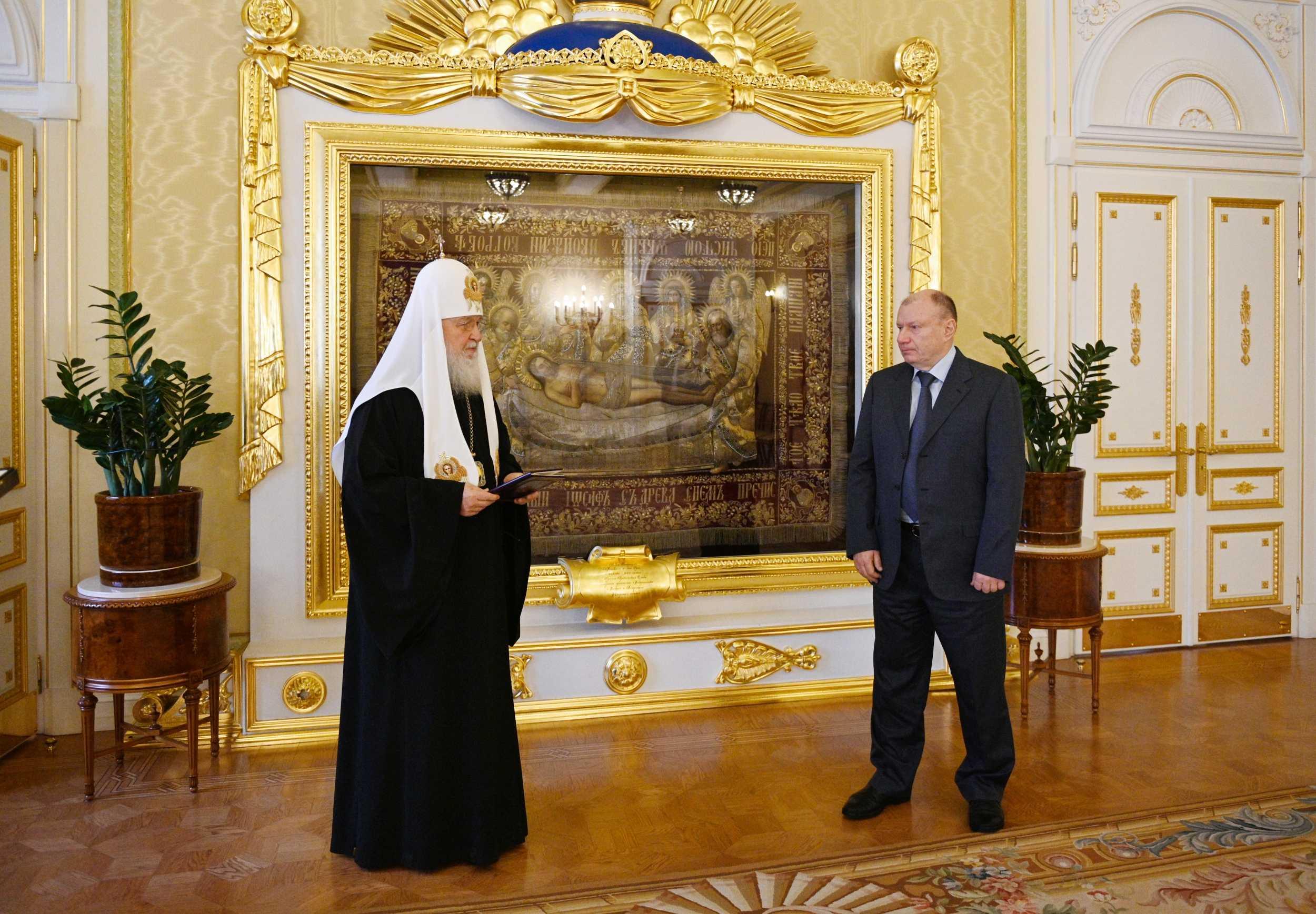 Святейший Патриарх Кирилл награждает президента, председателя Правления компании «Норильский никель» Владимира Потанина