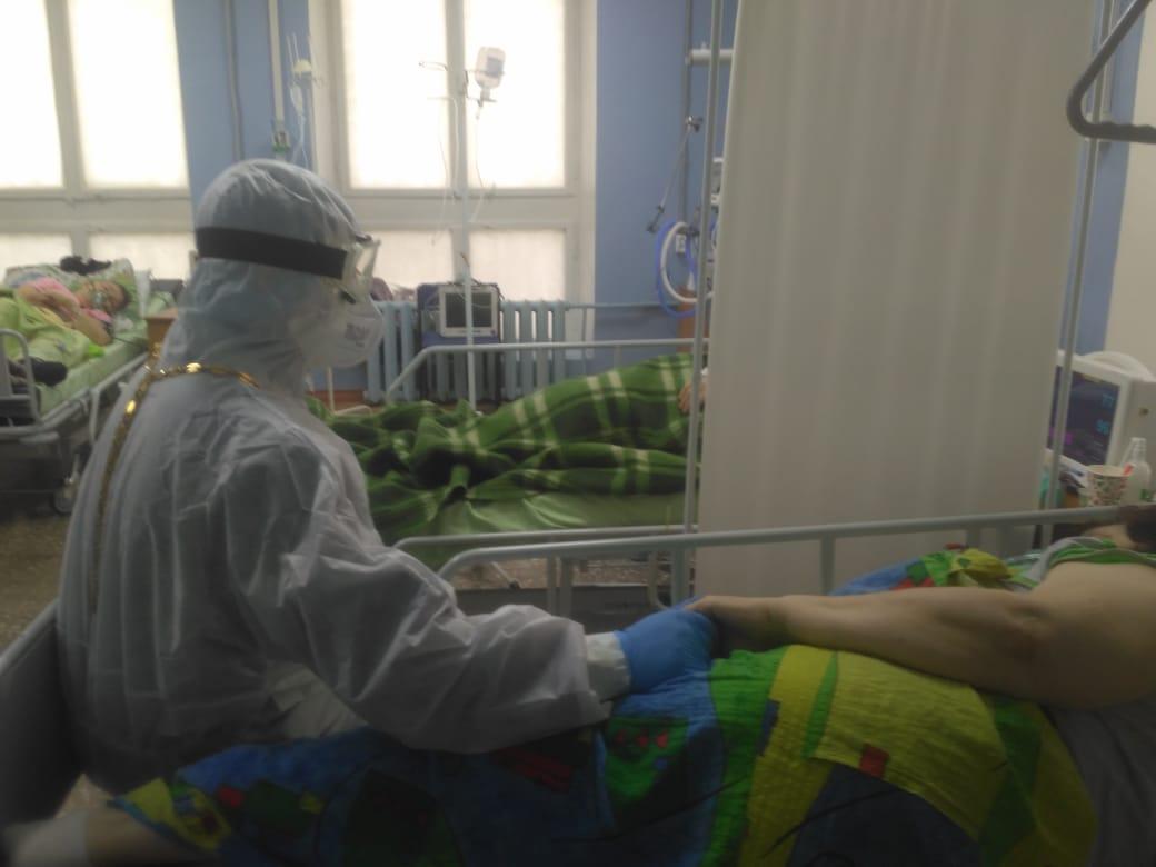 Руководитель социального отдела Салаватской епархии иерей Александр Загиров в красной зоне больницы Салавата