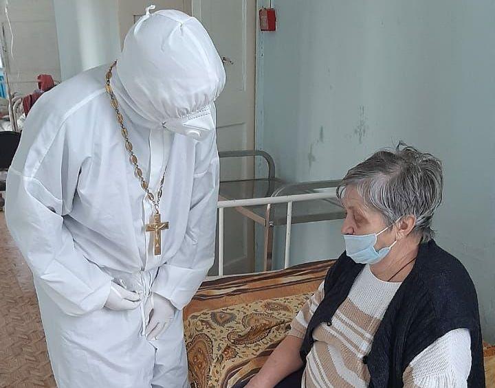 Священники Балашовской епархии в красной зоне районной больницы Балашова