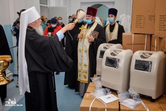 Митрополит Одесский и Измаильский Агафангел передает кислородные концентраторы в COVID-госпиталь