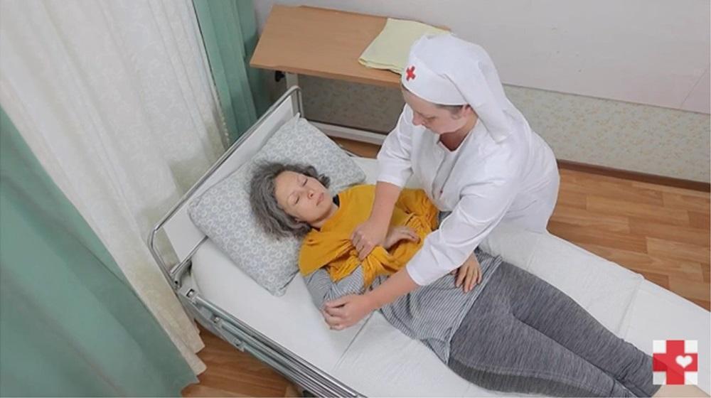 Видеоролик о том, как правильно сменить рубашку на лежачем пациенте