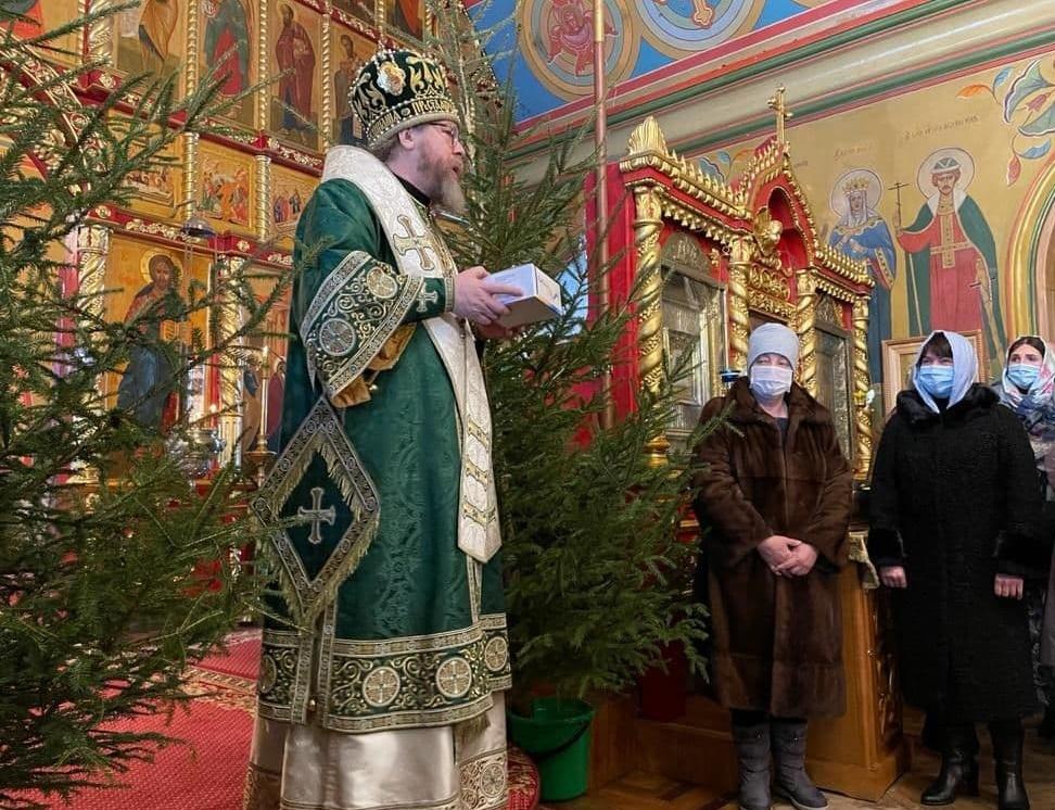 Митрополит Псковский и Порховский Тихон передает экспресс-тесты администрации Псковской области
