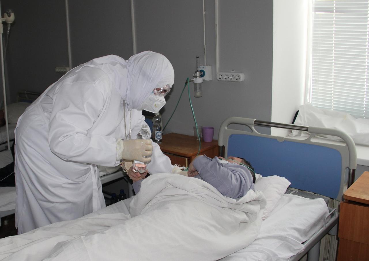 Митрополит Пензенский и Нижнеломовский Серафим передает крещенскую воду пациентам COVID-отделения