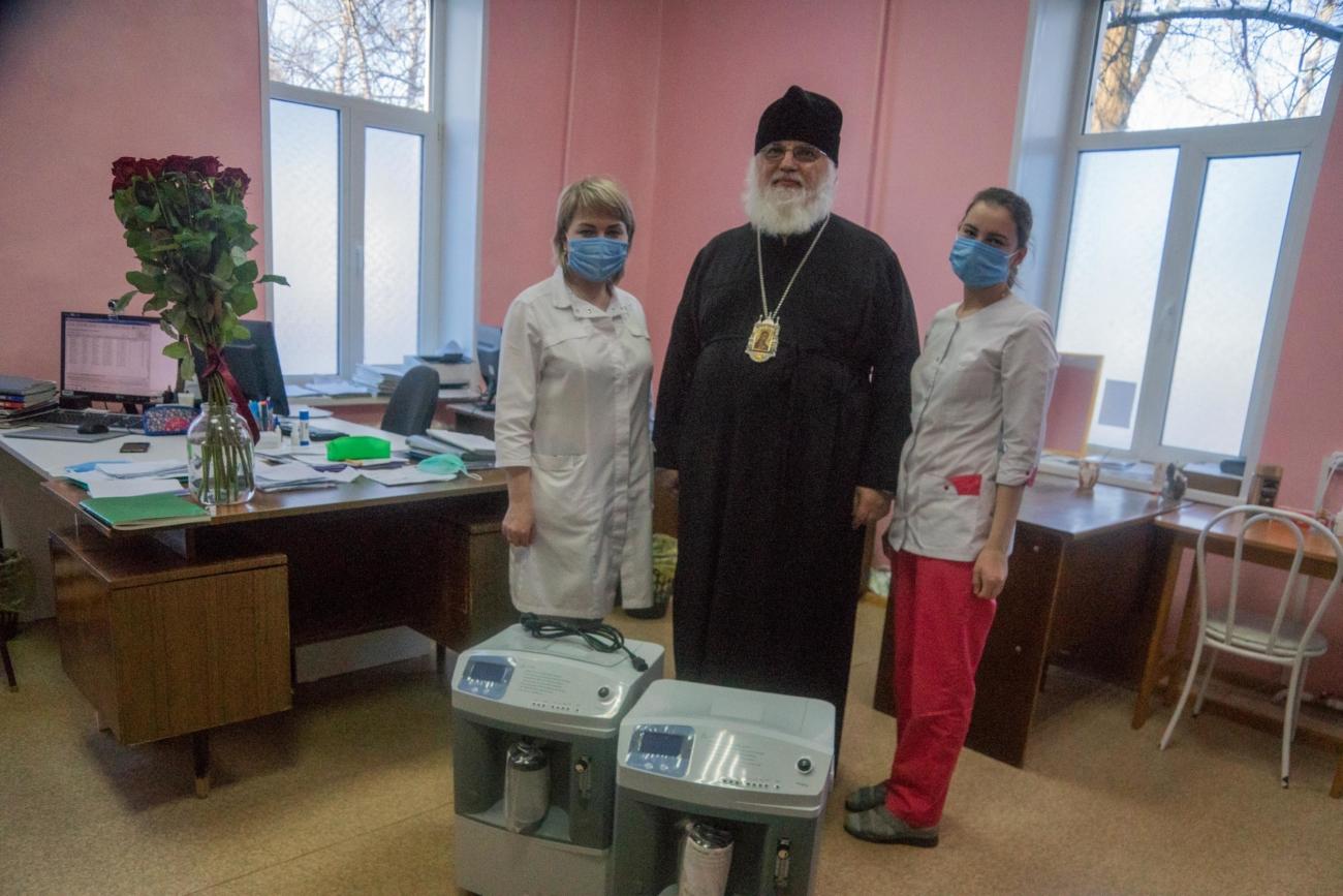 Епископ Сарапульский и Можгинский Антоний передает кислородные концентраторы в инфекционное отделение городской больницы Сарапула