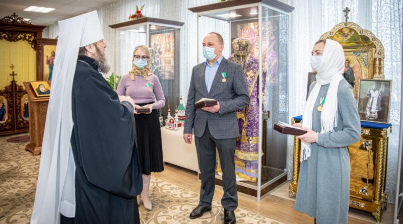 Митрополит Ижевский и Удмуртский Викторин вручает Патриаршие награды работникам здравоохранения Удмуртии