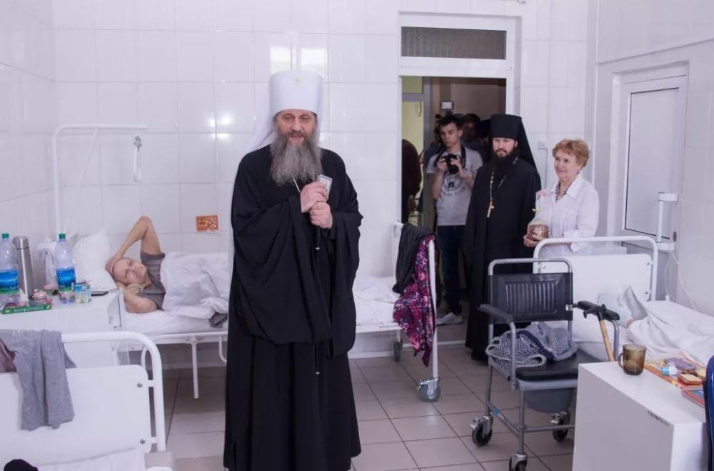 Митрополит Хабаровский и Приамурский Артемий в одном из медицинских учреждений Хабаровска