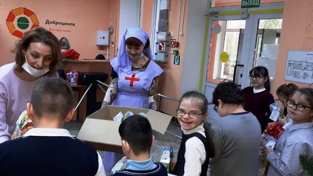 Сестры милосердия Ростовской епархии передают рождественские подарки воспитанникам социальных учреждений