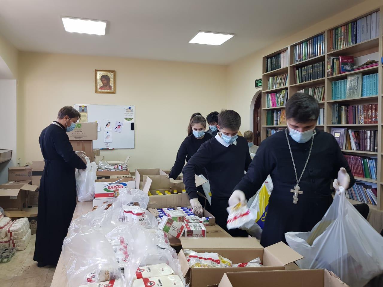 Священники и добровольцы Пятигорской епархии фасуют продуктовую помощь для нуждающихся