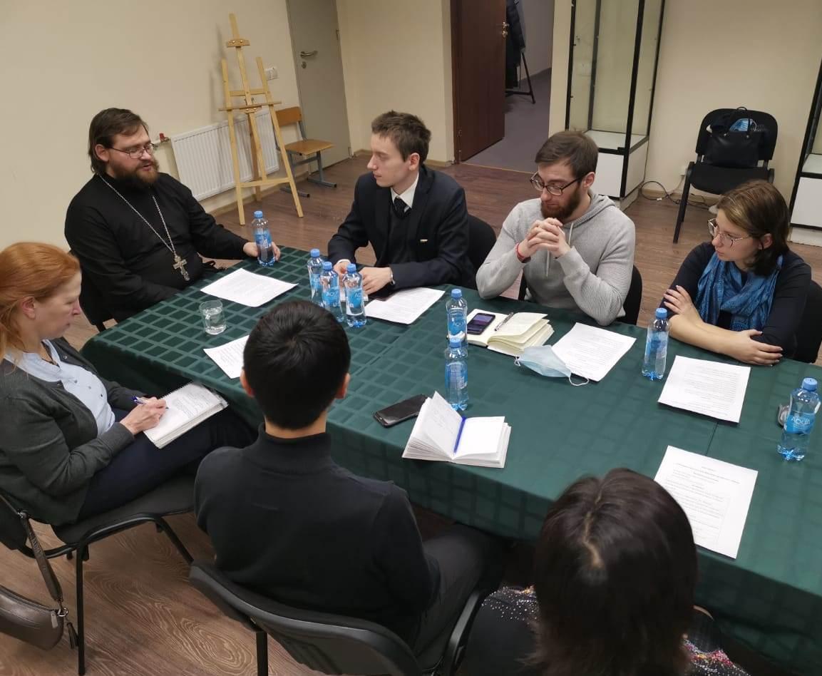 Участники круглого стола о церковной помощи мигрантам на приходе иконы Божией Матери «Неопалимая Купина» в Отрадном