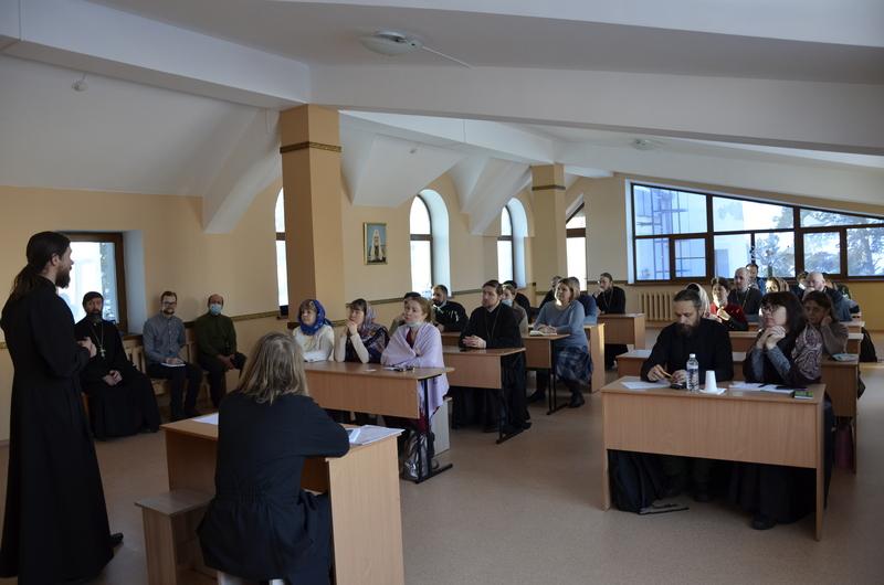 Помощник председателя Синодального отдела по благотворительности диакон Игорь Куликов проводит занятие в Иркутской епархии