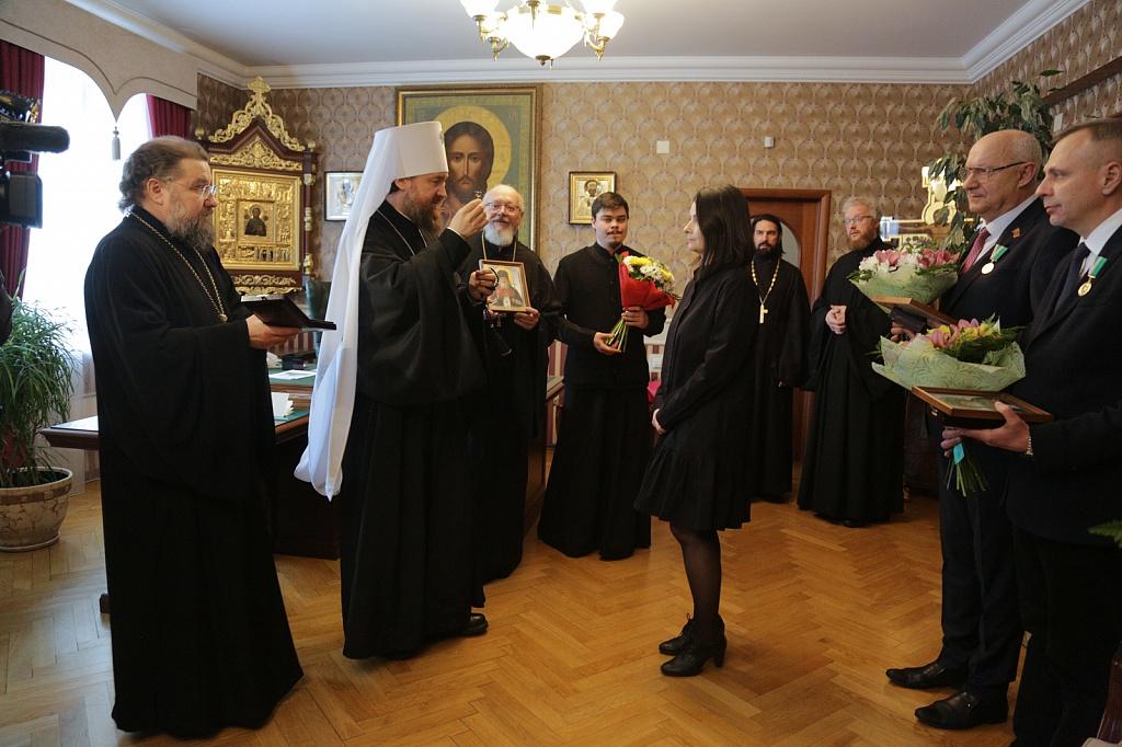 Митрополит Челябинский и Миасский Григорий награждает сотрудников Областной клинической больницы №3 Челябинска