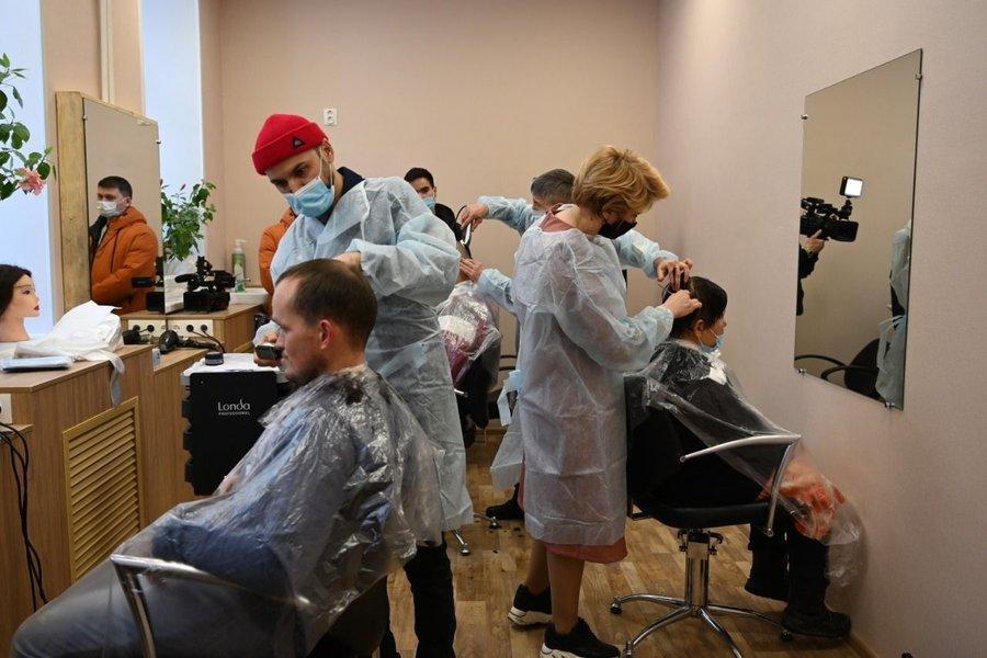 На открытии благотворительной парикмахерской для бездомных при Никольском храме в Уфе