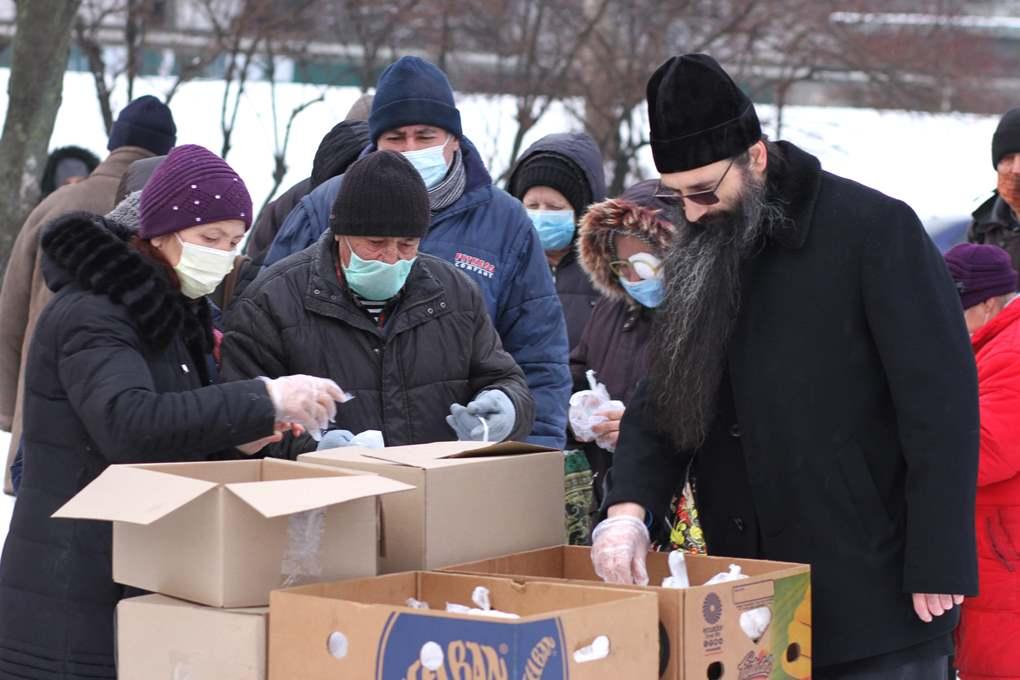 Передача обедов пожилым и малоимущим людям в Киеве