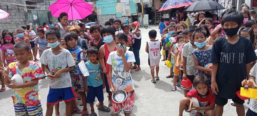 Дети из бедных семей Бакоору получают горячие обеды от сотрудников отдела по благотворительности Филиппинско-Вьетнамской епархии