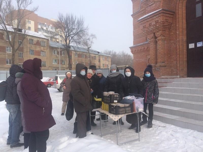 Православные добровольцы раздают горячие обеды нуждающимся в Саратове