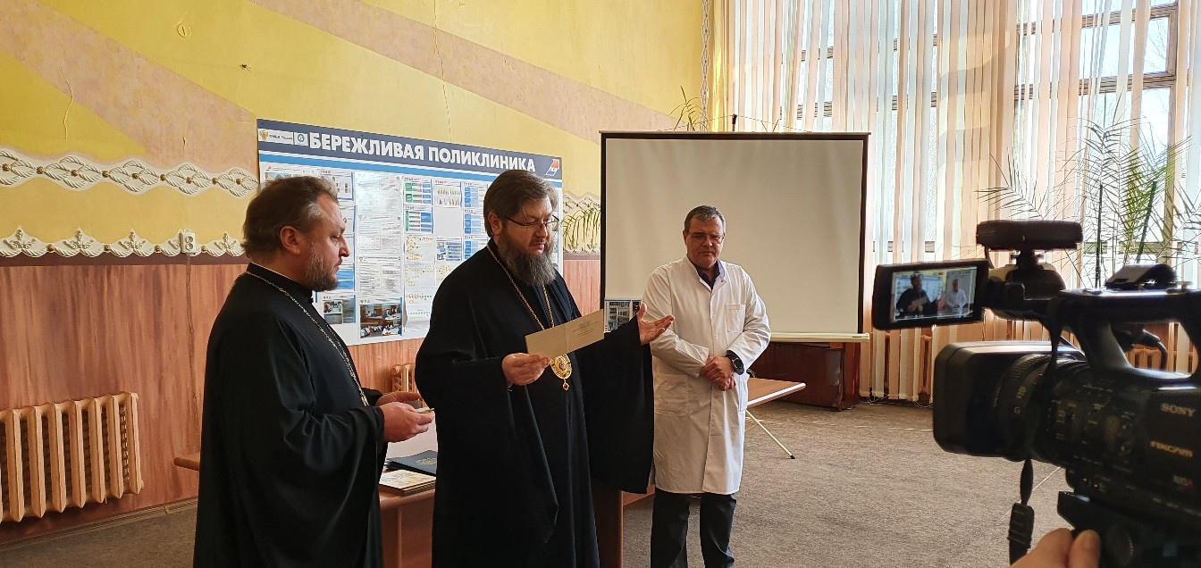 Епископ Рославльский и Десногорский Мелетий вручает Патриаршие награды медикам Смоленской области