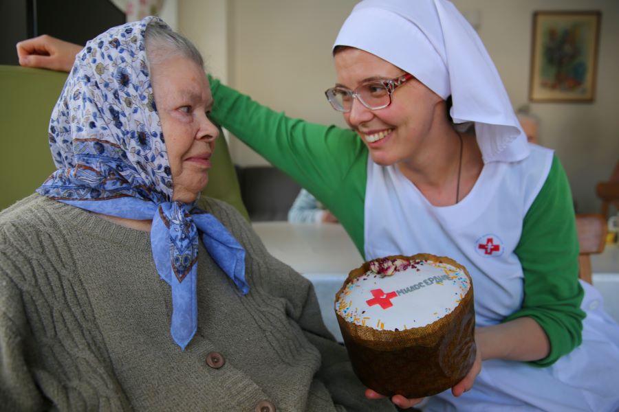 Передача подарков на Пасху подопечным Свято-Спиридоньевской богадельни. Фото: Ольги Стефановой