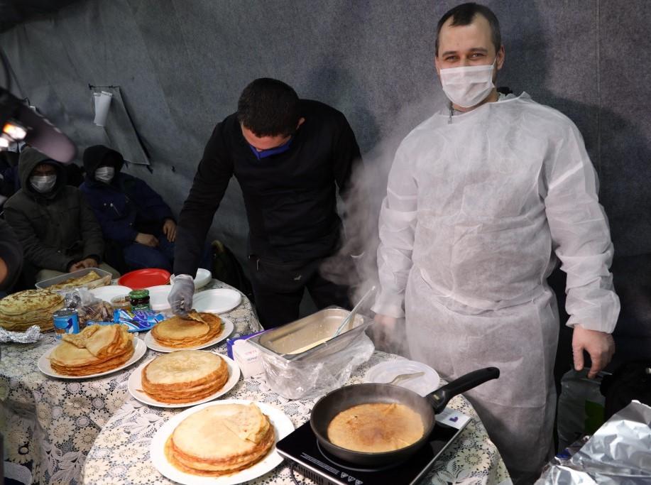 Шеф-повар Артем Мартиросов печет блины для бездомных в «Ангаре спасения» православной службы помощи «Милосердие». Фото: Мария Лурье