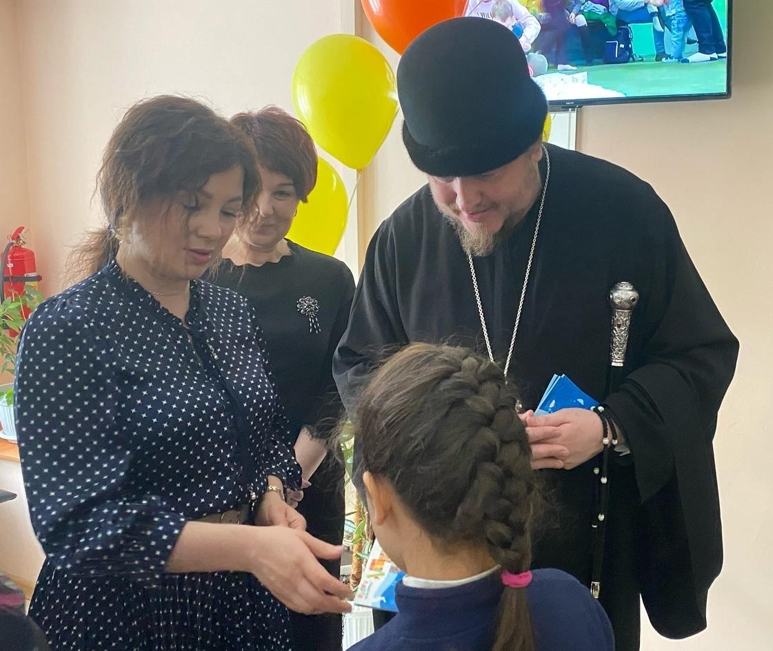 Епископ Златоустовский и Саткинский Викентий во время передачи оборудования отделению реабилитации «Надежда»