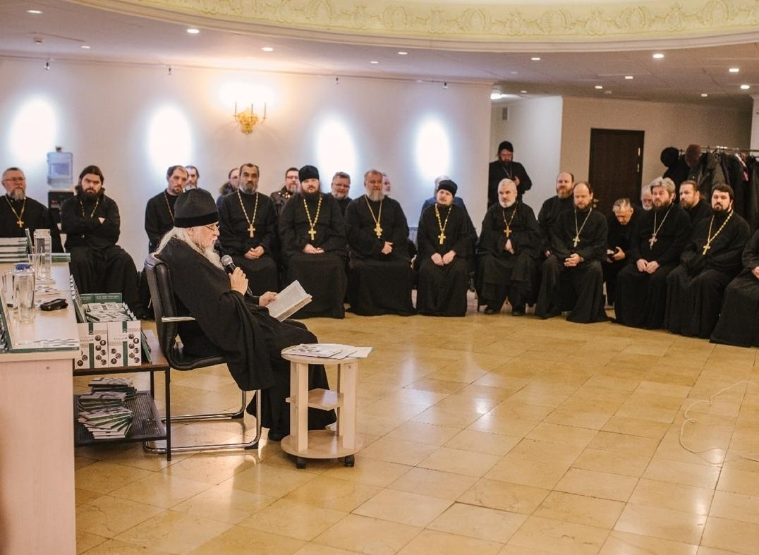 Презентацию книги «От прихода к общине» проводит председатель Синодального отдела по благотворительности епископ Орехово-Зуевский Пантелеимон