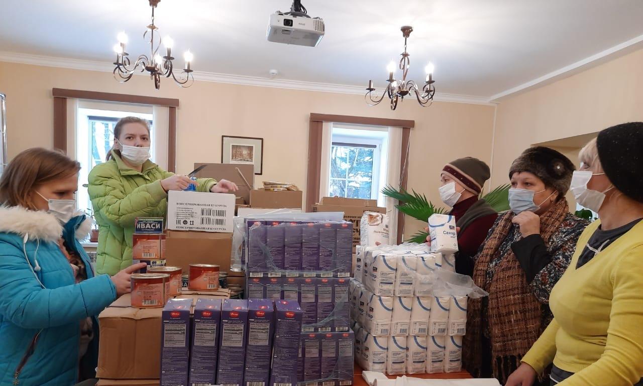 Добровольцы Калужской епархии разгружают и фасуют продуктовую помощь для нуждающихся
