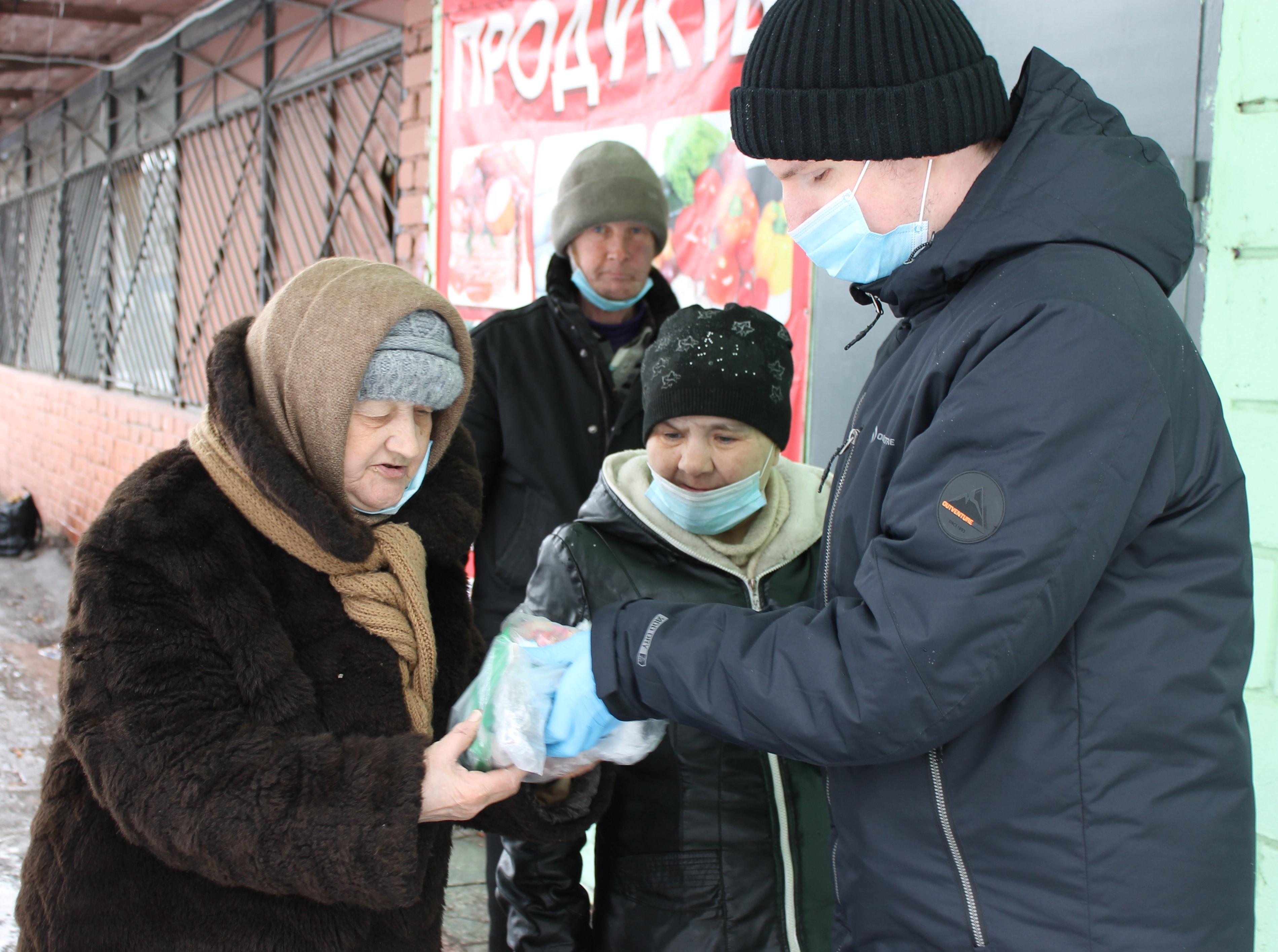 Добровольцы Нижнетагильской епархии передают гигиенические наборы бездомным