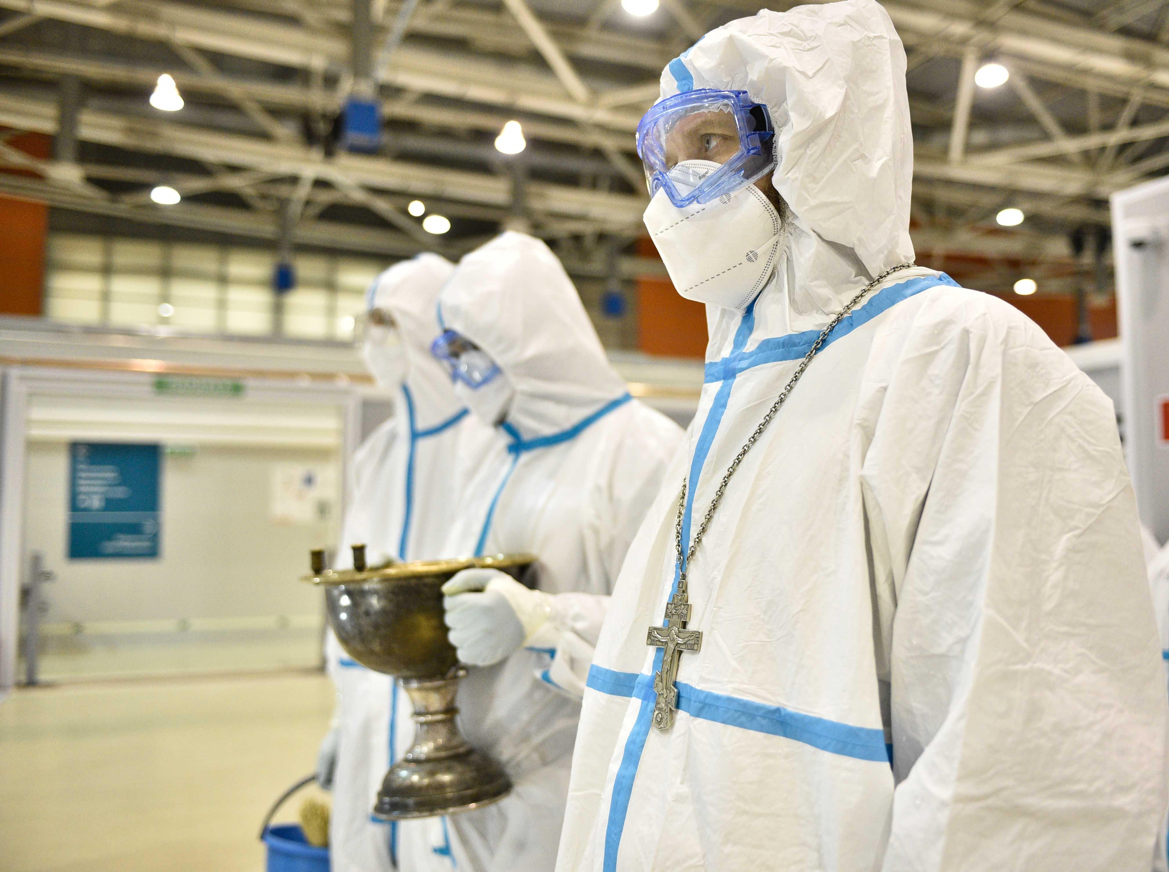 Священники из специальной группы во временном COVID-госпитале на ВДНХ. Фото: Пелагия Замятина