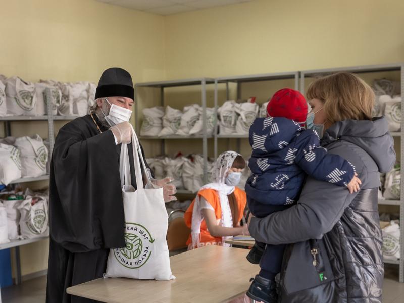 Епископ Шахтинский и Миллеровский Симон раздает продуктовые наборы нуждающимся