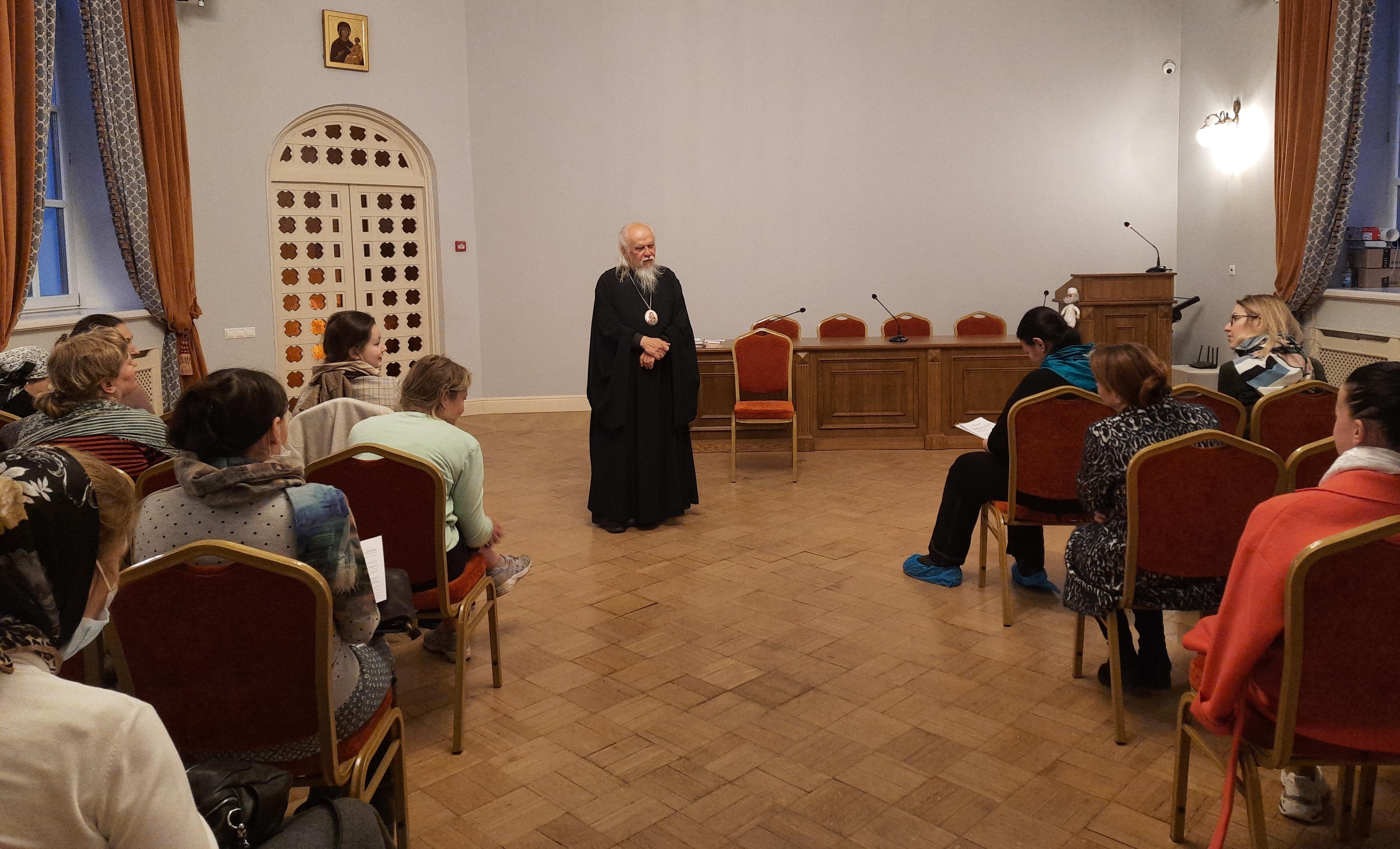Председатель Синодального отдела по благотворительности епископ Верейский Пантелеимон проводит занятие для добровольцев