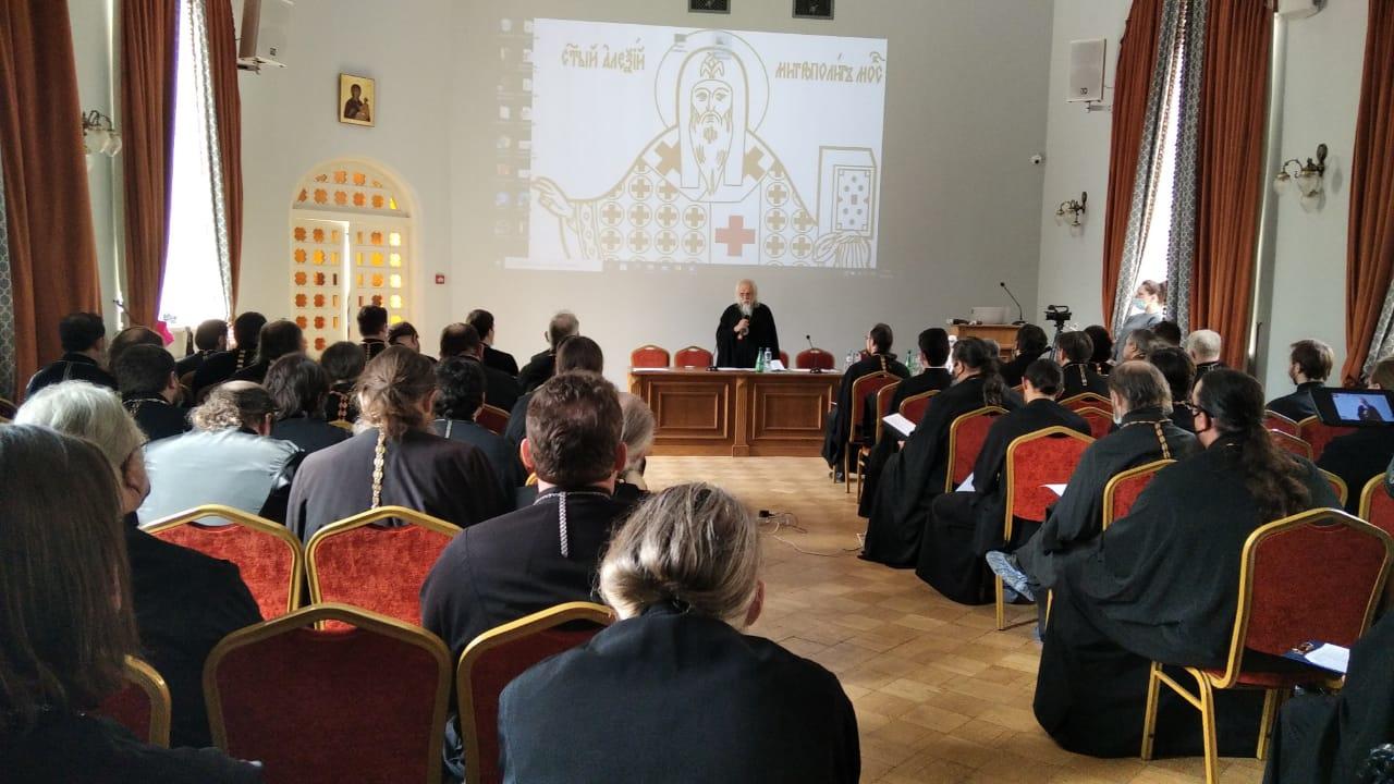 Председатель Синодального отдела по благотворительности епископ Верейский Пантелеимон проводит первое занятие курсов по больничному служению