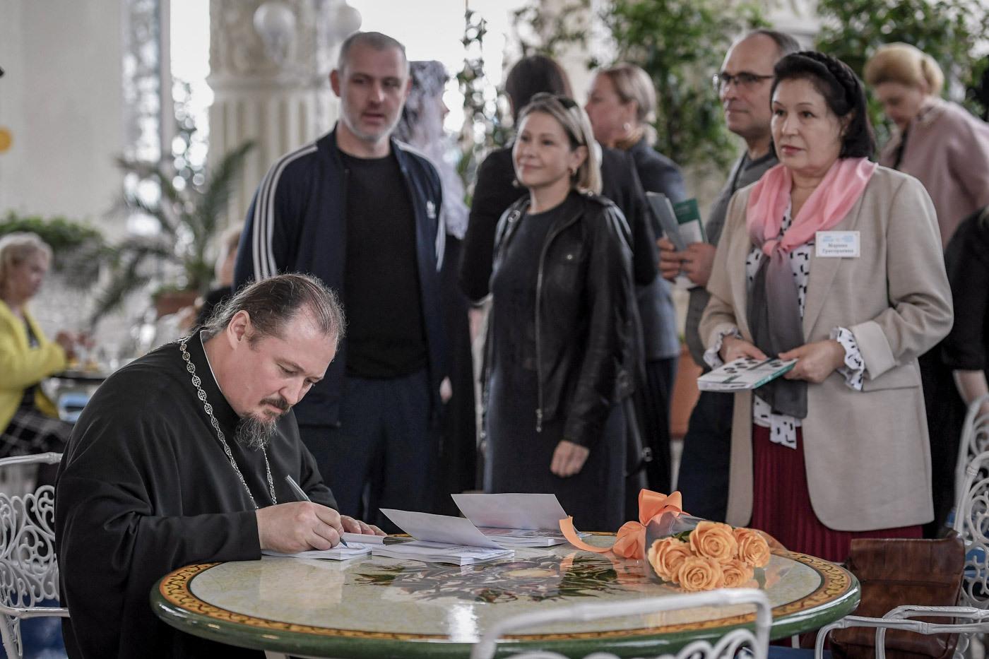 Руководитель социального отдела Сочинской епархии протоиерей Александр Копырин проводит презентацию книги «От прихода к общине»