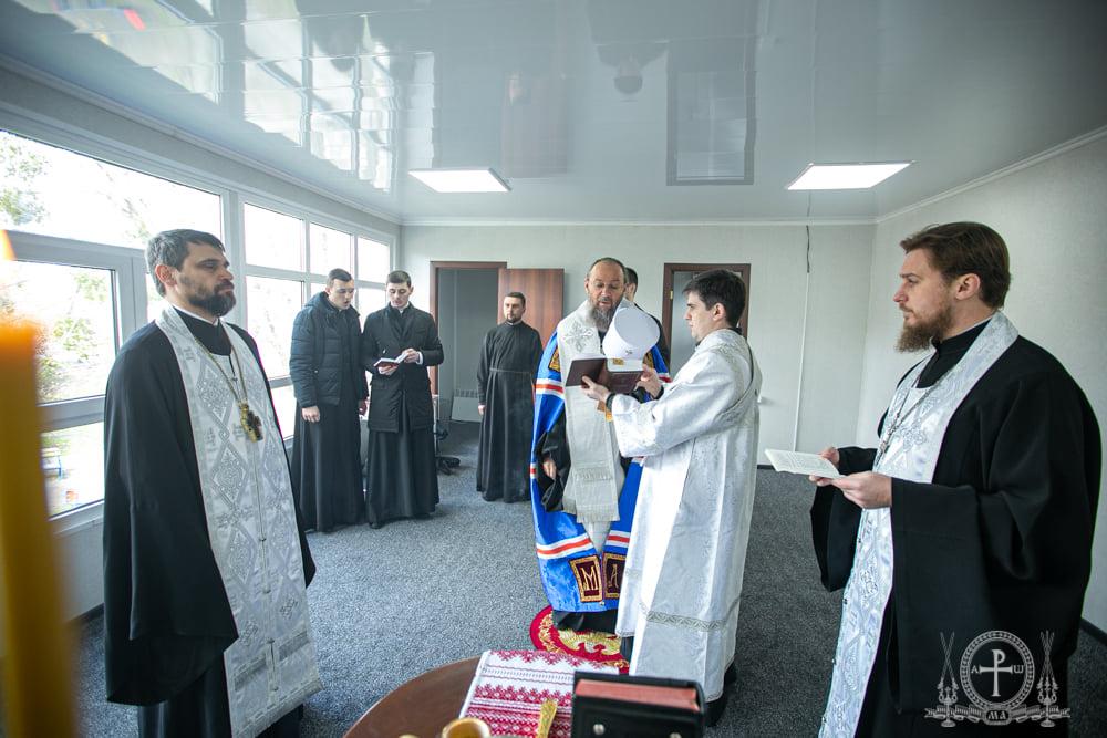 Митрополит Бориспольский и Броварской Антоний освящает помещение нового центра гуманитарной помощи в Киеве