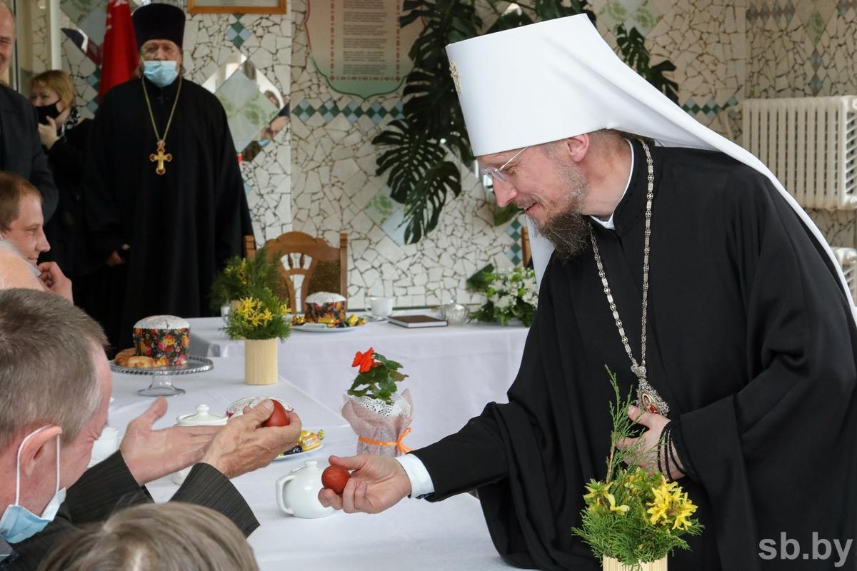 Митрополит Минский и Заславский Вениамин поздравляет с Пасхой подопечных Логойского дома-интерната