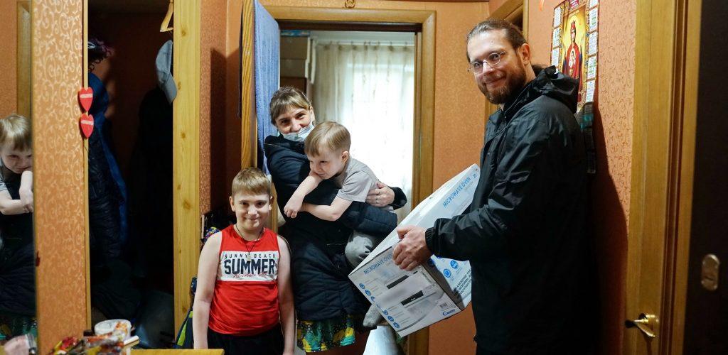 Подопечные семьи епархиальной службы помощи «Всегда рядом» получают пасхальные подарки