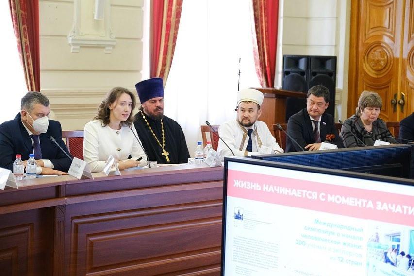 Руководитель направления защиты материнства Синодального отдела Мария Студеникина на заседании этноконфессионального совета в Астрахани