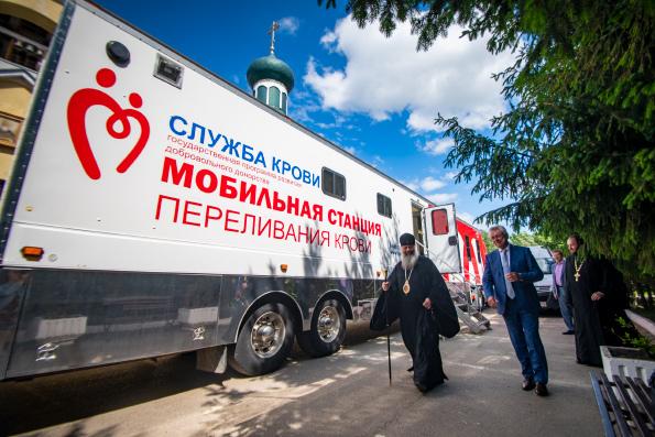 Митрополит Казанский и Татарстанский Кирилл посещает мобильную станцию переливания крови в Казани