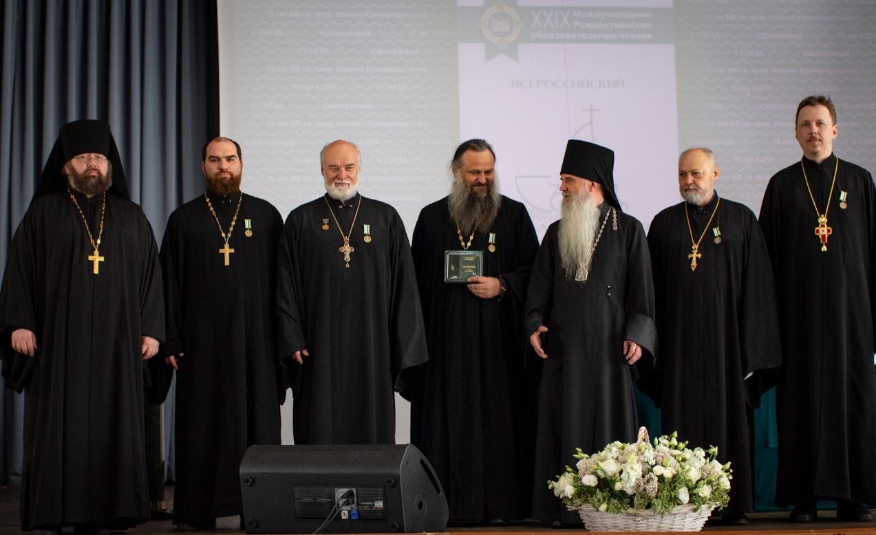 Епископ Каменский и Камышловский Мефодий и участники съезда