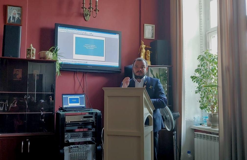 Выступление на круглом столе победителя Всероссийского конкурса помощи бездомным имени Надежды Монетовой Ильи Кускова