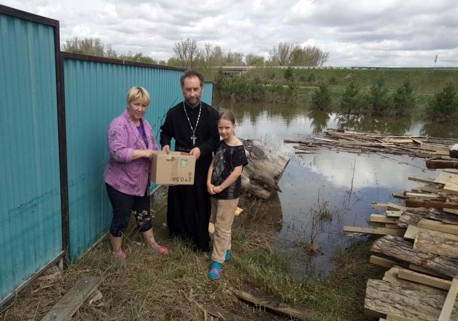 Передача гуманитарной помощи пострадавшим от паводка в селе Ермаковское