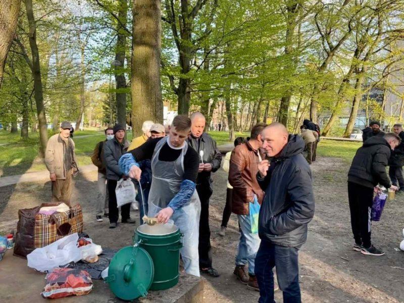 Раздача горячих обедов бездомным в Калининградской епархии