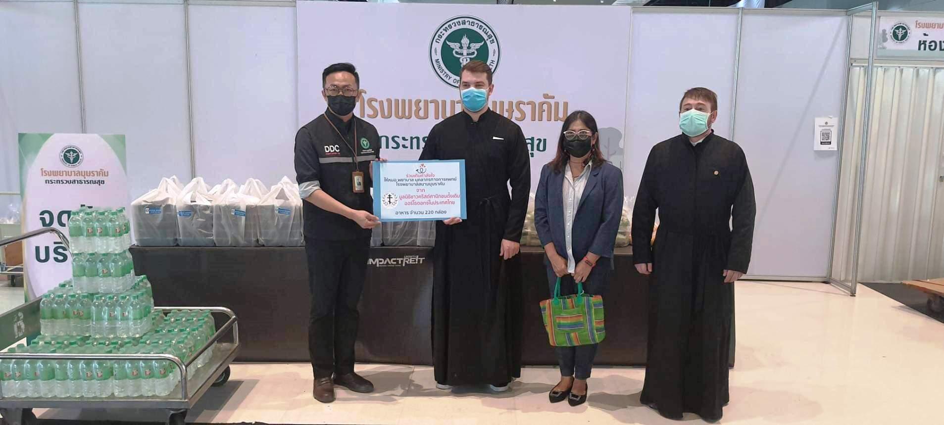 Представители Таиландской епархии передают продуктовую помощь COVID-больным