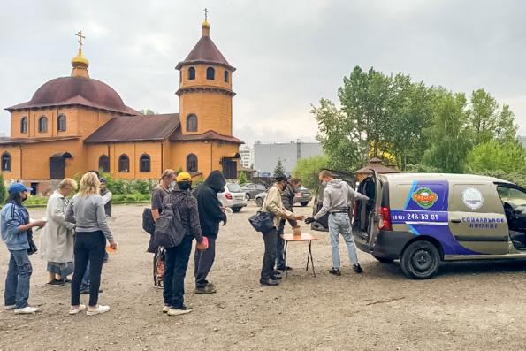 Добровольцы социального отдела Казанской епархии раздают горячие обеды нуждающимся в Казани