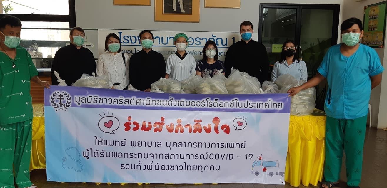 Представители Таиландской епархии передают продуктовую помощь нуждающимся мигрантам
