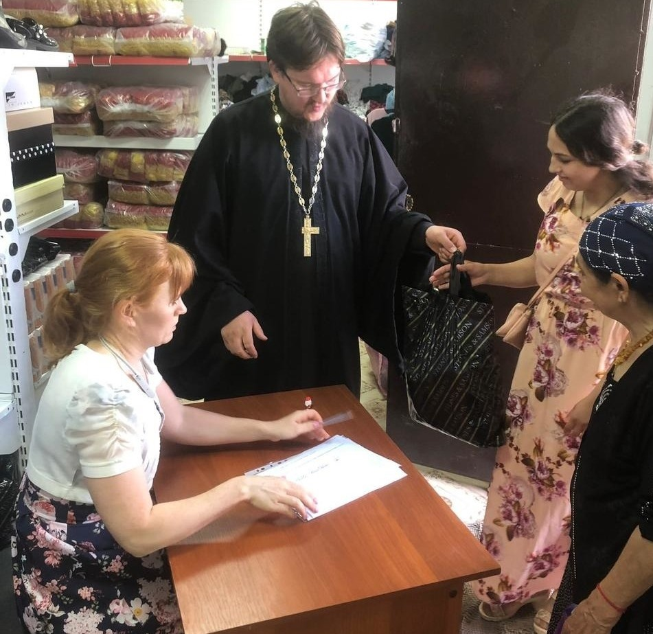 Передача продуктовой помощи нуждающимся в Козельской епархии