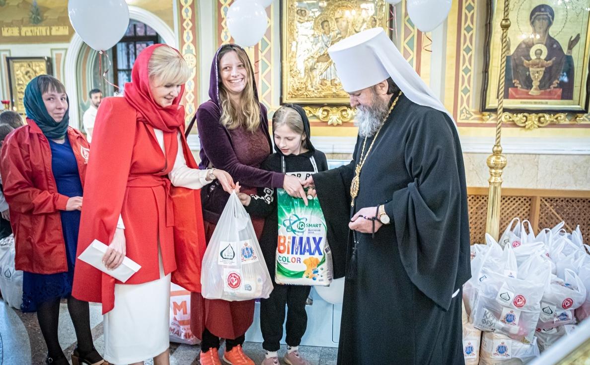 Митрополит Ижевский и Удмуртский Викторин передает продуктовую помощь и бытовую химию нуждающимся семьям Ижевска